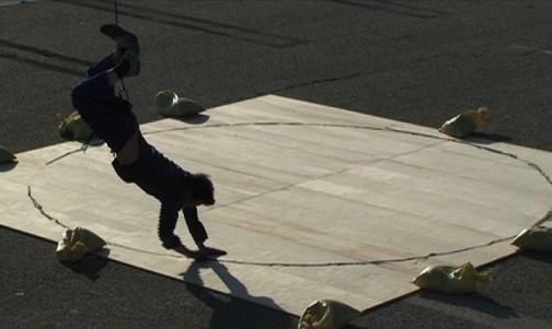 Adel Abdessemed, Enter the circle, 2009, Video on monitor, Via David Zwirner