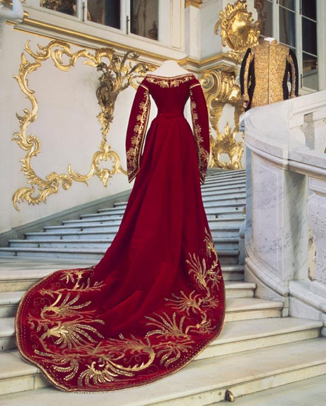Ceremonial court dress of Tsarina Maria Feodorovna, At the Russian Court, Hermitage Amsterdam
