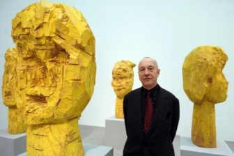 George Baselitz with wooden sculptures of Dresden Women