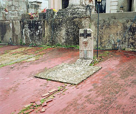 "Jeff Wall ""Headstone On An Ossuary"""