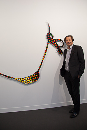 Jerome de Noirmont next to a Jeff Koons sculpture