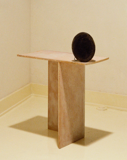 Robert Therrien, no title (black oval on table) (1985), Paul and Anastasia Polydoran Collection. Image courtesy of Robert Therrien studio.