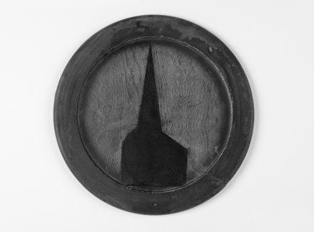 Robert Therrien, no title (chapel on round tray) (1976-77), Collection of Joel Wachs. Image courtesy of Robert Therrien studio.