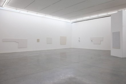 Jacob Kassay, IJK (Installation View), Courtesy 303 Gallery