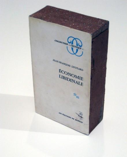 Claire Fontaine, Économie libindinale brickbat (2010), Courtesy Petzel Gallery