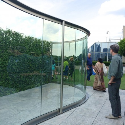 Dan Graham, Hedge Two-Way Mirror Walkabout (2014)